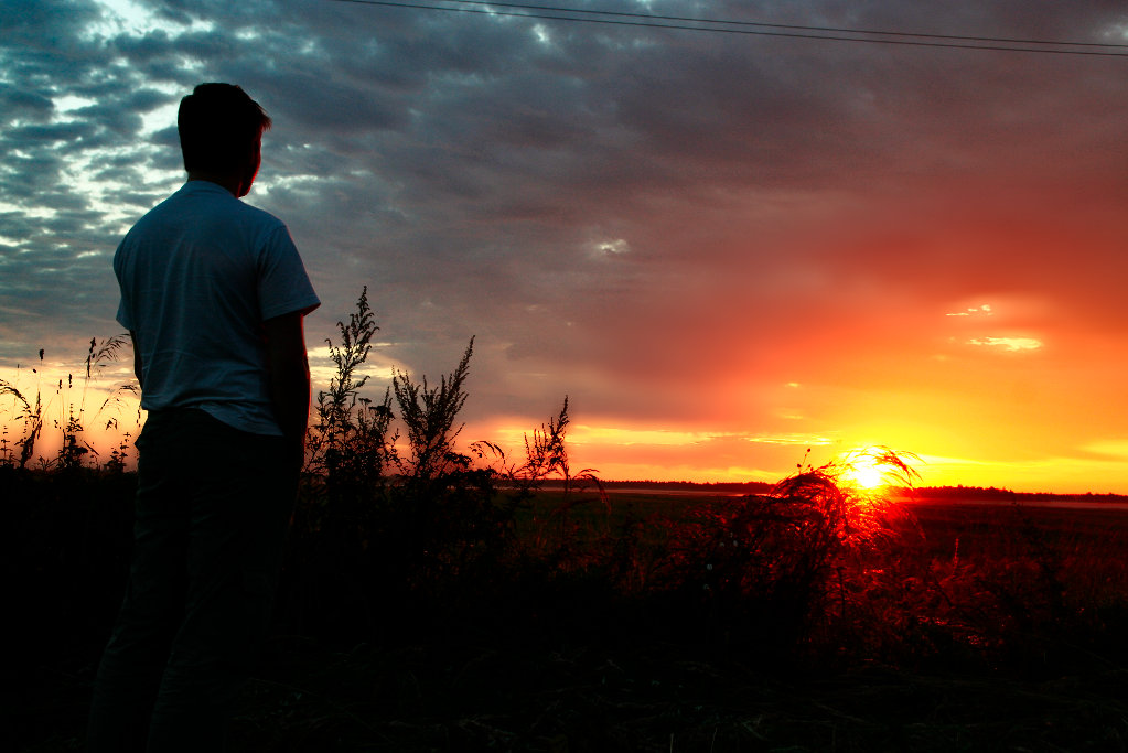 Голый юноша встречает рассвет фото